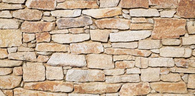 Zoom sur les murs de briques en pierres apparentes - Mur pierres apparentes ...