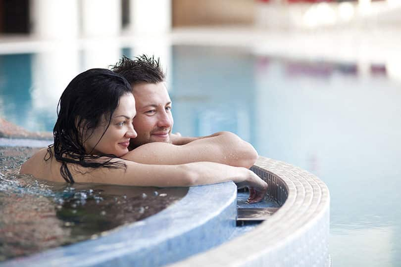 Photo d'un couple en thalasso