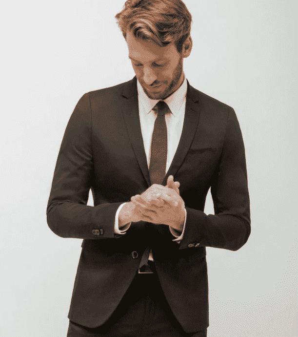 Veste de costume slim noire pour homme, avec poche sur la poitrine. Disponible chez Brice.