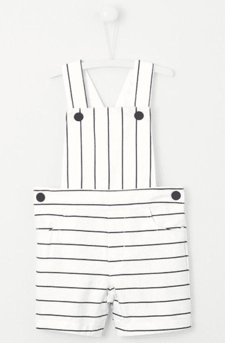 Salopette blanche à fines rayures noires en coton pour petit garçon.
