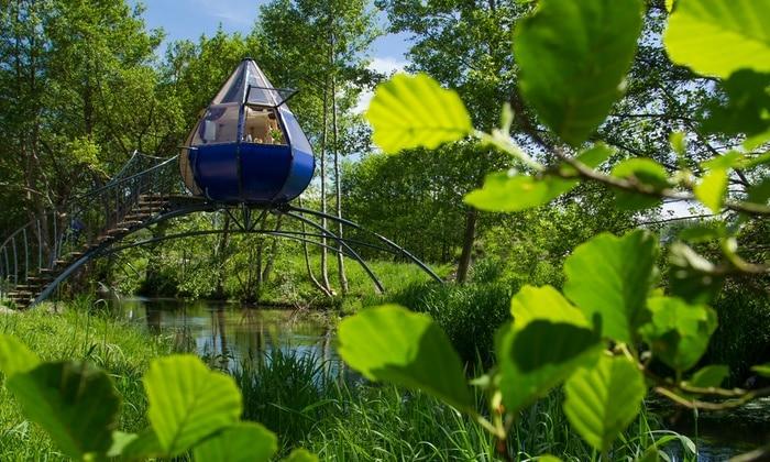 Hébergement suspendu en forme de goutte d'eau, au-dessus d'une rivière. Dans la baie de somme en Picardie. Offre Ponts de mai 2019.